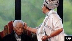 Бывший президент ЮАР Нельсон Мандела с супругой. Претория, 9 мая 2009 года.