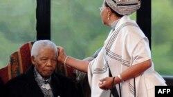 Дружина поправляє зачіску Нельсона Мандели під час інавгурації президента Південної Африки Джейкоба Зуми, травень 2009 року (архівне фото)