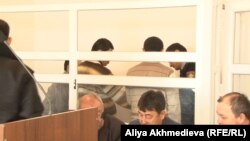 """Полицейские привели подсудимых по делу """"Таблиги Джамаат"""" в зал суда. Талдыкорган, 14 января 2015 года."""