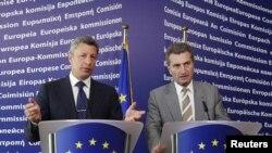 Міністр палива та енергетики України Юрій Бойко (л) і єврокомісар з енергетики Ґюнтер Еттінґер (п), Брюссель, 23 червня 2010 року