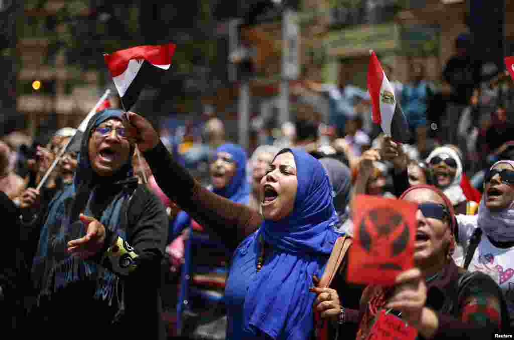 Protesters in Tahrir Square call for Morsi to resign.