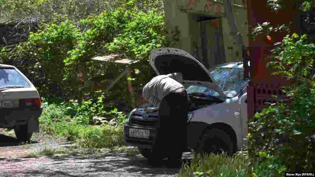 Житель Балаклави ремонтує автівку