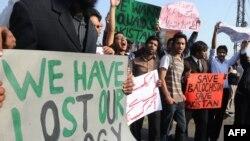 د پاکستان په لاهور کې د امریکايي پرېکړه لیک پر ضد د مظاهرې انځور. دا خلک له حکومته غواړي بلوڅانو ته دې حقونه ورکړل شي.