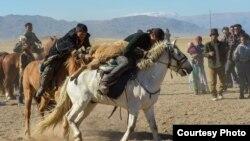 Монгольские казахи проводят турнир по кокпару в Баян-Улгийском округе Монголии. Фото Баяра Балганцэрэна.