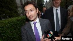 Ish tregtari i Goldman Sachs duke dal nga një gjykatë në Nju Jork, 1 gusht, 2013.