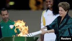 Brazilska predsednica Dilma Rusef pali olimpijski plamen u Rio de Žaneiru