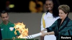 Дилма Русеф (оң жақта), Бразилияның импичмент жарияланған президенті