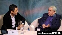 Ақын Жүрсін Ерман (оң жақта) және журналист Қасым Аманжол AzattyqLIVE хабарында. Алматы, 9 желтоқсан 2015 жыл.