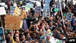 Провладини демонстранти со ликот на Моамер ел Гадафи