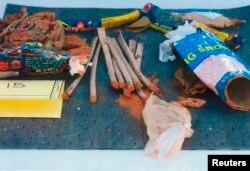ФБР тапқан Джохар Царнаевтың рюкзагінен шыққан фейерверктер жинағы. АҚШ, Бостон, 1 мамыр 2013 жыл.