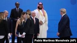 Президент США Дональд Трамп (праворуч) проходить повз президента Росії Володимира Путіна (ліворуч), коли учасники саміту «Групи двадцяти» готувалися до колективної фотографії. Аргентина, Буенос-Айресі, 30 листопада 2018 року