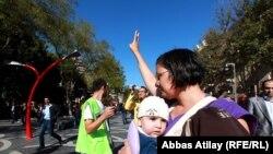 Протестующая мать на Площади фонтанов, 20 октября 2012