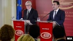 Kryeministri i Maqedonisë, Zoran Zaev, dhe presidenti i KE-së,Jean-Claude Juncker, gjatë konferencës në Shkup, 25 shkurt 2018