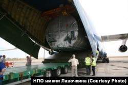 """Погрузка """"Спектра-Р"""" в транспортный самолет Ан-124 перед доставкой на Байконур. При создании спутника учитывались даже те нагрузки, который он должен был испытать во время этого перелета"""