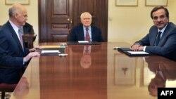 Лидерите на ПАСОК и на Нова Демократија Јоргос Папандреу и Андонис Самарас кај шефот на државата Каролос Папуљас.