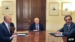Հունաստանի վարչապետը (ձ), նախագահը (կ) եւ ընդդիմադիր կուսակցության ղեկավարը(աջ) հանդիպում են նախագահի նստավայրում, 6 նոյեմբեր, 2011