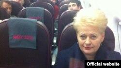 Президент Литвы Даля Грибаускайте летит рейсом Wizzair в Лондон, апрель 2013 года