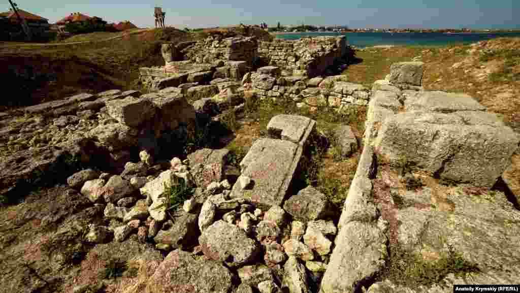 Остатки античных ворот. В III веке до нашей эры начинается серия греко-скифских войн, и городище несколько раз переходит из рук в руки