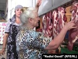 Дар растаҳои гӯштфурӯшии бозорҳои Душанбе