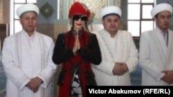 Голливудская актриса Бай Лин с имамами мечети Халифа Алтая. Усть-Каменогорск, 15 февраля 2018 года.