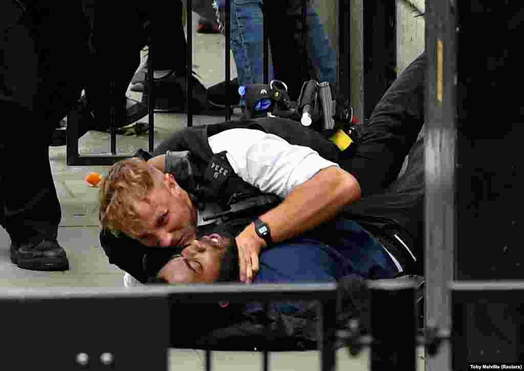 Протестувальник і офіцер поліції зіткнулися під час акції протестуBlack Lives Matter неподалікDowning Street у Лондоні, 3 червня 2020 року (ФотоREUTERS/Toby Melville)