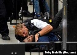 La Londra, pe Downing Street during un manifestant care a intra în coliziune cu politia