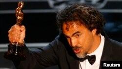 Мексикалық режиссер Алехандро Иньяритту «Оскар» сыйлығын алып тұр. Лос-Анжелес, АҚШ, 22 ақпан 2015 жыл.