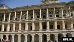 قصر دارالامان که نشانهء از حوادث جنگ های گذشته می باشد