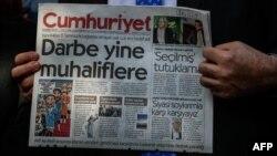 Түркиядағы оппозициялық Cumhuriyet газетін ұстап тұрған адам.