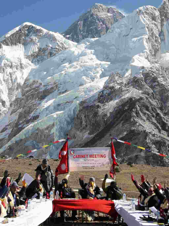 Засідання кабінету міністрів Непалу - Засідання відбулось у п'ятницю на висоті понад 5 кілометрів поблизу гори Еверест, щоб привернути увагу до наслідків всесвітнього потепління для ГімалаївPhoto AFP