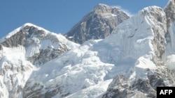 Непалдагы Эверест тоосу. Глобалдык жылуулук мөңгүлөрдүн жукарышына алып барууда.