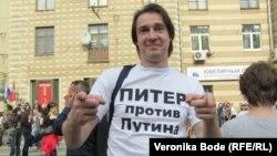 """Один из участников """"Марша миллионов"""" на Болотной площади в Москве. 6 мая 2012 г"""