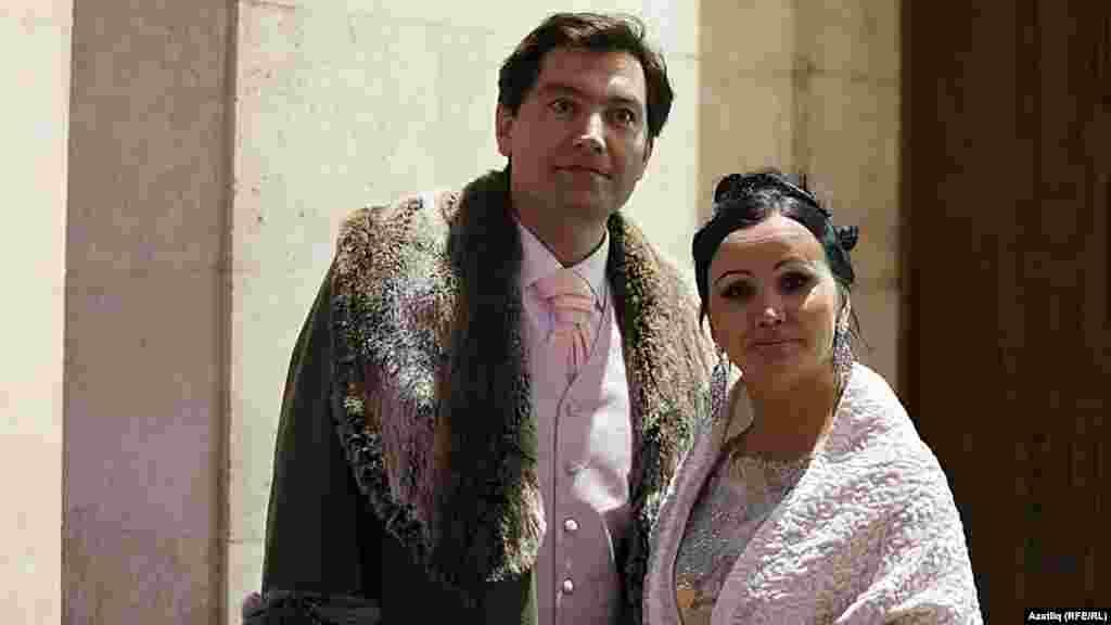 Камал театры каршында яңа сезон ачу тантанасы. Фәнис Җиһанша һәм Илсөя Төхфәтуллина.