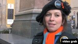 """O ghidă de la Agenția """"Tururile corupției"""", care duce turiști la locurile legate de mari scandaluri de corupție din Cehiascandals in Prague. video grab"""