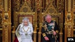 Кралица Елизабет Втора и уелският принц Чарлз в британския парламент