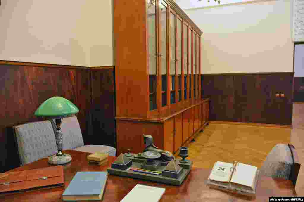 Так выглядит часть кабинета академика, воссозданного в Мемориальном музее Каныша Сатпаева. На первом плане – рабочий стол. Далее – шкаф с книгами.