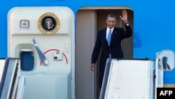 Barack Obama duke zbritur nga aeroplani Air Force One