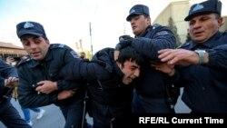 بازداشت یک معترض توسط پولیس آذربایجان