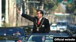 Тәжікстан президенті Эмомали Рахмон ұлықтау рәсімінде. Душанбе, 18 қараша 2006 жыл. (Көрнекі сурет)
