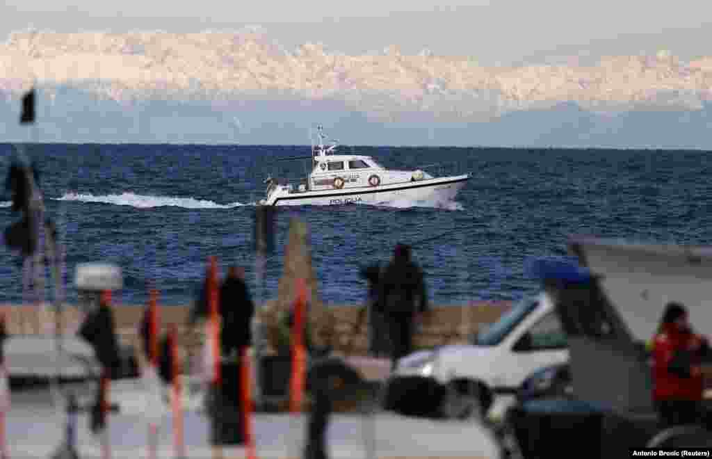 БЕЛГИЈА - Европската комисија ги повика Хрватска и Словенија да продолжат со дијалогот на сите нивоа и на избегнување какви било потези што би можеле да им наштетат на билатералните разговори. Комисијата ја повтори својата подготвеност да помогне во имплементација на арбитражната пресуда за границата во Пиранскиот Залив.