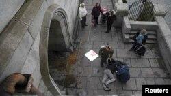 Վիրավորված քաղաքացուն օգնություն է ցուցաբերվում Վեսթմինստերյան կամրջին, Լոնդոն, 22-ը մարտի, 2017թ․