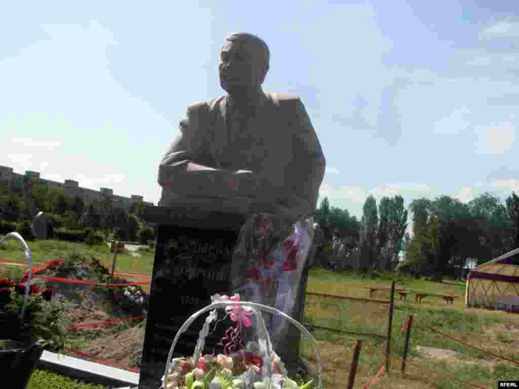 30-майда Ала-Арча көрүстөнүндө Дооронбек Садырбаевдин эстелигин ачуу салтанаты болду. - Kyrgyzstan - Memorial Meeting of Dooronbek Sadyrbaev, The Late Former MP, Filam Director.30May2009