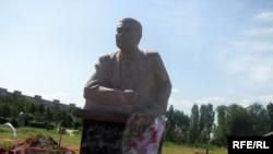 """Дооронбек Садырбаевдин """"Ала-Арча"""" көрүстөнүндөгү эстелиги"""