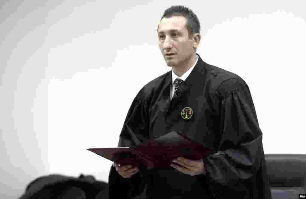 МАКЕДОНИЈА - Нема да дозволам политички притисок врз судиите, а од нив ќе барам да работат согласност законите, изјави новоизбраниот претседател на Основниот суд Скопје 1, Иван Џолев, по давањето свечената заклетва во Судскиот совет.