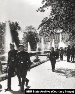 Советские военные на фоне Большого петергофского дворца