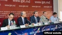 Igor Corman, directorul reprezentanției moldovene Sumitomo Electric Bordnetze în 1016 la o întîlnire cu presa (Foto: IPN)