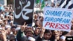 تظاهرات مسلمانان در پاکستان بر علیه آنچه که اهانت به مقدسات خوانده شده است