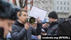 Анатоль Лябедзька падчас акцыі супраць гвалту з боку супрацоўнікаў міліцыі, Менск, 30 студзеня 2016 году