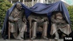 Помнік Рузвэлту, Сталіну і Чэрчылю, які расейскія ўлады ўсталявалі ў Ялце, у анэксаваным Крыме, 5 лютага 2015 году