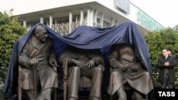 Hitlerge qarşı koalitsiyanıñ devlet liderleri - 1945 senesi olıp keçken Yalta konferentsiyası iştirakçileriniñ eykeli